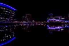 Salford kajer, England, UK, Oktober 9, 2018 a-nattetidlandskap genom att använda lång exponering av Media City UK som visar refle arkivbild