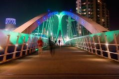 Salford Quays milenium dźwignięcia most przy nocą obraz royalty free