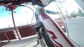Salga con la bici a la calle almacen de metraje de vídeo