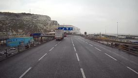 Salga de una nave en el puerto de Dover almacen de video
