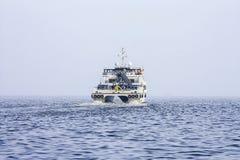 Salga del puerto de Baku en el ` de Behbudov del reshid del ` del buque del mar Caspio, la República de Azerbaijan, el 15 de marz imagen de archivo