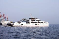 Salga del puerto de Baku en el ` de Behbudov del reshid del ` del buque del mar Caspio, la República de Azerbaijan, el 15 de marz imagenes de archivo