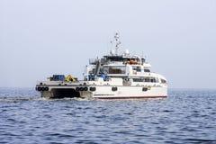 Salga del puerto de Baku en el ` de Behbudov del reshid del ` del buque del mar Caspio, la República de Azerbaijan, el 15 de marz fotografía de archivo
