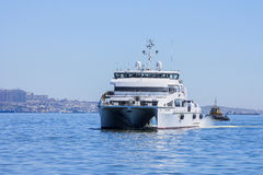 Salga del puerto de Baku en el ` de Behbudov del reshid del ` del buque del mar Caspio, la República de Azerbaijan, el 29 de marz foto de archivo