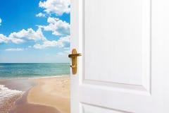 Salga el cuarto a la playa El concepto de relajación Imagen de archivo