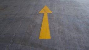 Salga il segno giallo sulla strada Immagini Stock