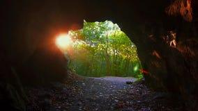 Salga la cueva en el día soleado de las montañas metrajes