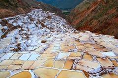 Salgue bandejas dos Salinas no vale sagrado, Peru Fotografia de Stock