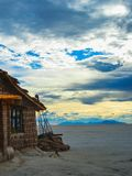 Salgue o hotel na Bolívia s salar de uyuni fotos de stock