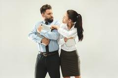 Saliência irritada Mulher e secretário que estão no escritório ou no estúdio Foto de Stock