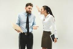 Saliência irritada Mulher e secretário que estão no escritório ou no estúdio Fotos de Stock Royalty Free