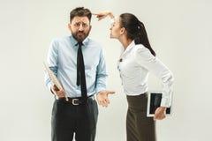 Saliência irritada Mulher e secretário que estão no escritório ou no estúdio Fotografia de Stock