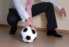 Saliência que joga o futebol imagens de stock royalty free