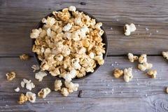 Sali il popcorn sulla tavola di legno, il fuoco selettivo, vista superiore Fotografia Stock Libera da Diritti
