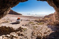 Sali la vista del deserto dalla caverna, Salar de Uyuni, Bolivia Fotografie Stock