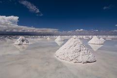 Sali le piramidi nel deserto del sale di salar de uyuni Fotografie Stock Libere da Diritti