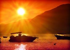 Saliboat in zonsondergang stock afbeeldingen