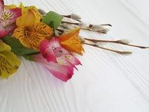 Salice, fiori su un fondo di legno bianco con alstroemeria Fotografia Stock Libera da Diritti
