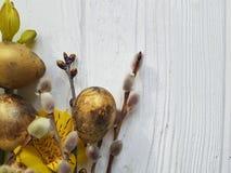Salice su un fondo di legno bianco della decorazione, alstroemeria del ramo di pasqua delle uova di quaglia del fiore Fotografia Stock Libera da Diritti