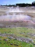 Salida colorida del géiser de la perinola en Yellowstone NP Imágenes de archivo libres de regalías