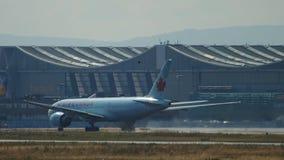 Salida de Air Canada Boeing 777 almacen de metraje de vídeo