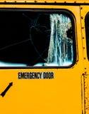 Salida de emergencia con el vidrio roto en el autobús escolar viejo fotografía de archivo libre de regalías