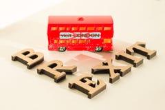Salida de Gran Bretaña de la unión europea, extracto en letras del vintage, modelo de la palabra de Brexit del juguete del autobú Fotografía de archivo libre de regalías