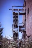 Salida de incendios oxidada del edificio de ladrillo rojo abandonado Fotos de archivo libres de regalías