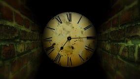 Salida de la búsqueda del laberinto Laberinto oscuro con un reloj Fotos de archivo libres de regalías