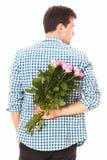 Salida de la flor Hombre con el ramo de rosas rosadas detrás el suyo detrás Mofa para arriba Copie el espacio Día de la madre de  Foto de archivo