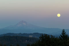 Salida de la luna completa de la luna de cosecha sobre el soporte Hood Oregon Imágenes de archivo libres de regalías