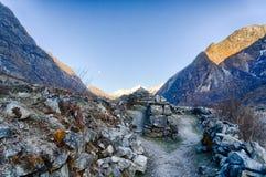 Salida de la luna del valle de Langtang sobre la montaña Imagen de archivo
