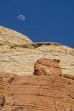 Salida de la luna sobre el barranco rojo de la roca Fotografía de archivo libre de regalías