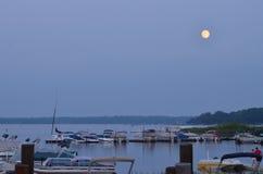 Salida de la luna en el lago bear blanco Imagen de archivo libre de regalías