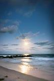 Salida de la luna en la playa Foto de archivo