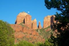Salida de la luna en la roca de la catedral Foto de archivo
