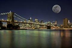 Salida de la luna en New York City Imágenes de archivo libres de regalías