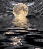Salida de la luna en superficie del agua Fotografía de archivo