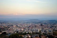 Salida de la luna sobre la ciudad de Clermont-Ferrand Foto de archivo