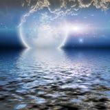 Salida de la luna sobre el agua Fotografía de archivo libre de regalías