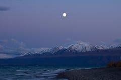 Salida de la luna sobre el lago Kluane cerca del parque nacional de Kluane Imagen de archivo