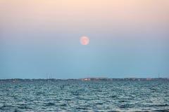 Salida de la luna sobre el mar Imagen de archivo libre de regalías