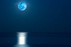 Salida de la luna sobre el mar en Tailandia Imágenes de archivo libres de regalías