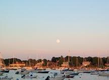 Salida de la luna sobre el puerto de Nueva Inglaterra con los veleros Fotografía de archivo libre de regalías