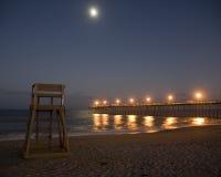 Salida de la luna sobre la playa Fotos de archivo