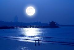 Salida de la luna sobre la playa Imagen de archivo