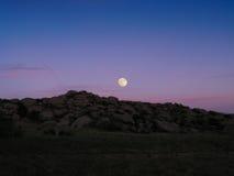 Salida de la luna sobre rocas Fotos de archivo