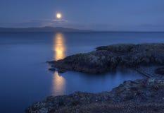Salida de la luna sobre San Juan Island los E.E.U.U. de Canadá Foto de archivo libre de regalías