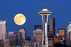 Salida de la luna sobre Seattle céntrica Fotos de archivo libres de regalías