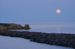 Salida de la luna sobre superior de lago II Foto de archivo